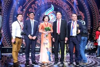 Ông Trần Bình Minh, Tổng Giám đốc Đài Truyền hình Việt Nam, Chủ tịch LHTHTQ 38 và ông Hoàng Vĩnh Bảo, Thứ trưởng Bộ Thông tin và truyền thông chụp ảnh lưu niệm với các tác giả đoạt giải