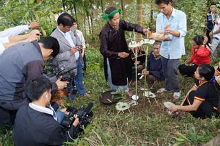 Phóng viên ghi hình lễ cúng thần rừng ở huyện Minh Long