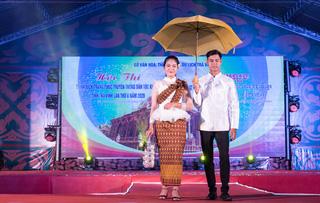 Trang phục truyền thống dân tộc Khmer dùng để mặc đi chùa và các dịp lễ hội khác.