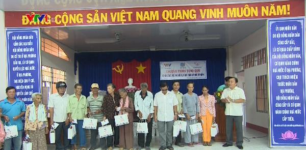 Quỹ Tấm lòng Việt tặng quà cho người nghèo Cà Mau