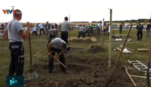 Kỳ lạ cuộc thi... đào huyệt mộ ở Hungary - ảnh 1