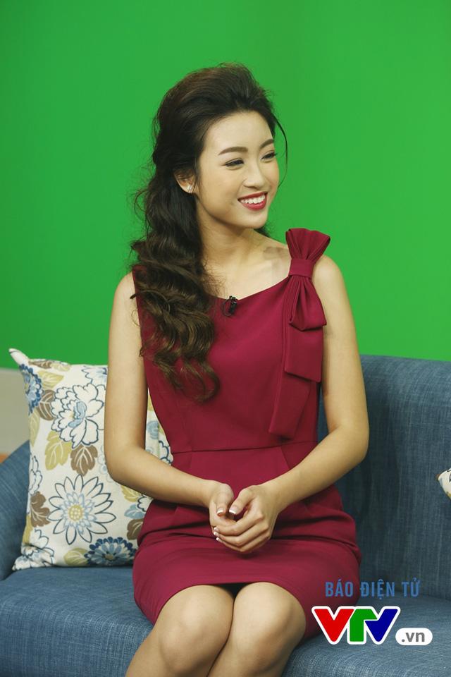 Hoa hậu Mỹ Linh thích thú chụp ảnh cùng các BTV VTV - Ảnh 7.