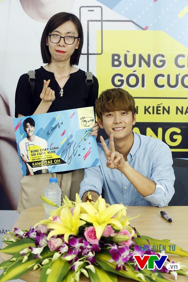 Vắng Nhã Phương, Kang Tae Oh bị fan cưỡng hôn tại Hà Nội - Ảnh 8.