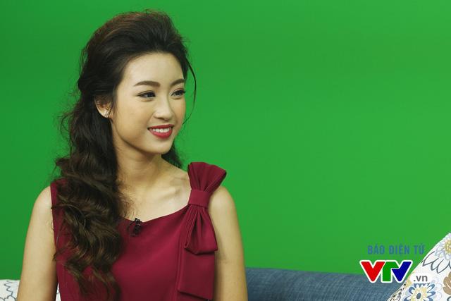Hoa hậu Mỹ Linh thích thú chụp ảnh cùng các BTV VTV - Ảnh 8.
