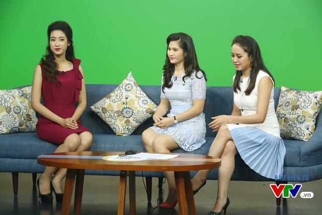Hoa hậu Mỹ Linh thích thú chụp ảnh cùng các BTV VTV - Ảnh 6.
