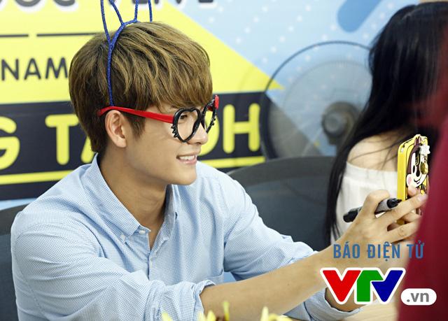 Vắng Nhã Phương, Kang Tae Oh bị fan cưỡng hôn tại Hà Nội - Ảnh 9.