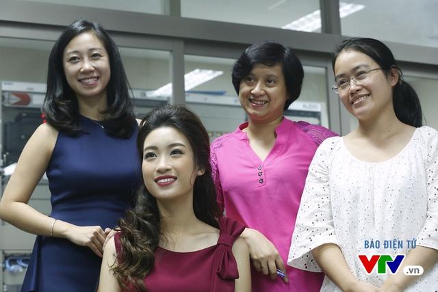 Hoa hậu Mỹ Linh thích thú chụp ảnh cùng các BTV VTV - Ảnh 2.