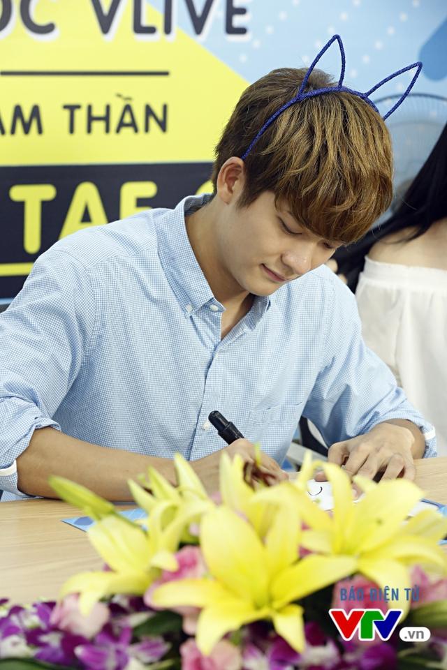 Vắng Nhã Phương, Kang Tae Oh bị fan cưỡng hôn tại Hà Nội - Ảnh 10.