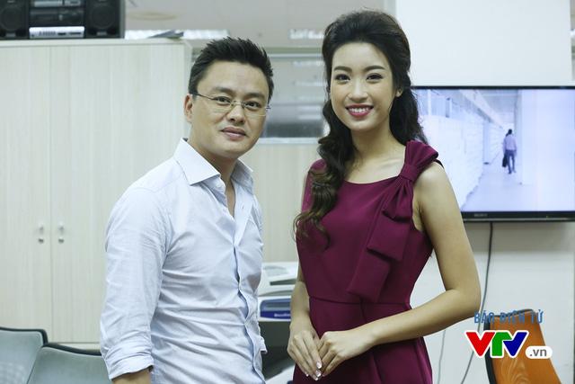 Hoa hậu Mỹ Linh thích thú chụp ảnh cùng các BTV VTV - Ảnh 1.