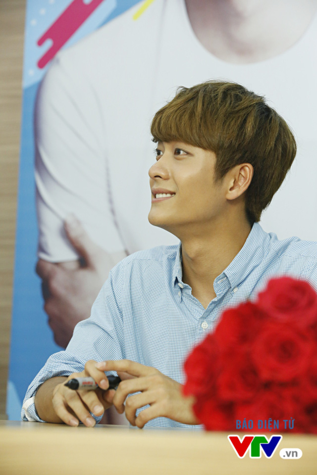 Vắng Nhã Phương, Kang Tae Oh bị fan cưỡng hôn tại Hà Nội - Ảnh 3.