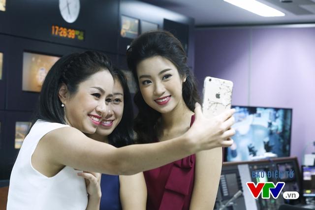 Hoa hậu Mỹ Linh thích thú chụp ảnh cùng các BTV VTV - Ảnh 4.