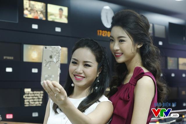 Hoa hậu Mỹ Linh thích thú chụp ảnh cùng các BTV VTV - Ảnh 5.