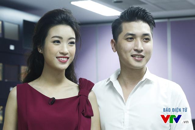 Hoa hậu Mỹ Linh thích thú chụp ảnh cùng các BTV VTV - Ảnh 3.