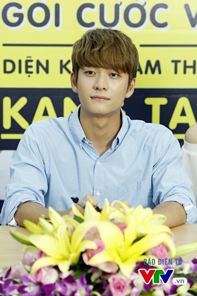 Vắng Nhã Phương, Kang Tae Oh bị fan cưỡng hôn tại Hà Nội - Ảnh 1.