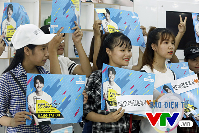 Vắng Nhã Phương, Kang Tae Oh bị fan cưỡng hôn tại Hà Nội - Ảnh 2.