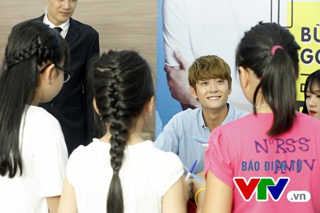 Vắng Nhã Phương, Kang Tae Oh bị fan cưỡng hôn tại Hà Nội - Ảnh 7.