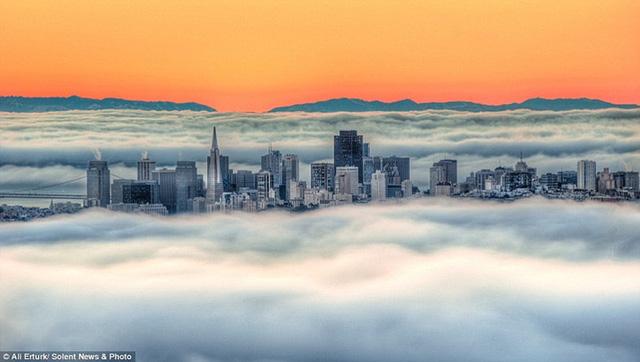 """Hình ảnh sương mù """"nuốt chửng"""" những tòa nhà chọc trời trên thế giới - Ảnh 1."""