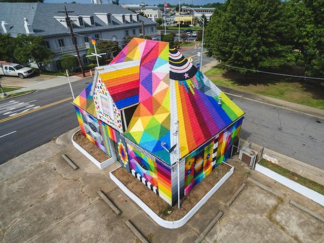 """Ngôi nhà bỏ hoang """"hồi sinh"""" dưới bàn tay của các nghệ sĩ đường phố - Ảnh 1."""