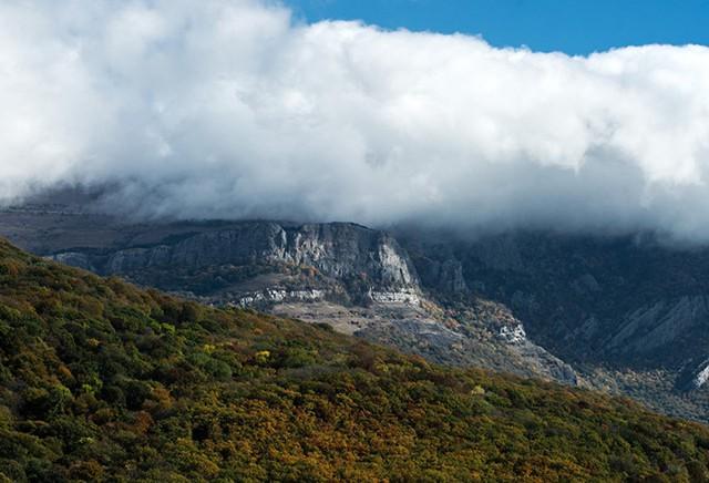 Ngắm khung cảnh mùa Thu đẹp như cổ tích ở Crimea - Ảnh 1.