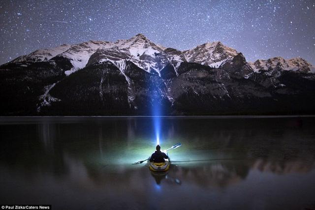 Khoảnh khắc chèo thuyền kayak dưới bầu trời đầy sao ở Bắc Mỹ - Ảnh 1.