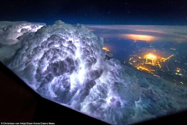Thiên nhiên đẹp kinh ngạc qua góc nhìn của phi công - Ảnh 1.