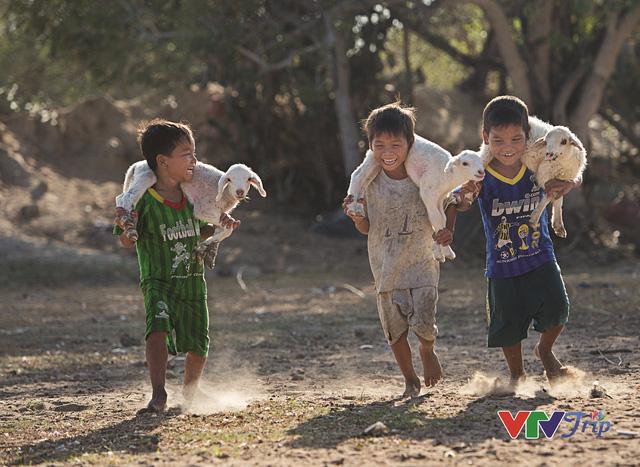 Những khoảnh khắc đầy cảm xúc trong triển lãm ảnh Nụ cười Việt Nam - Ảnh 1.