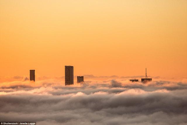 """Hình ảnh sương mù """"nuốt chửng"""" những tòa nhà chọc trời trên thế giới - Ảnh 9."""