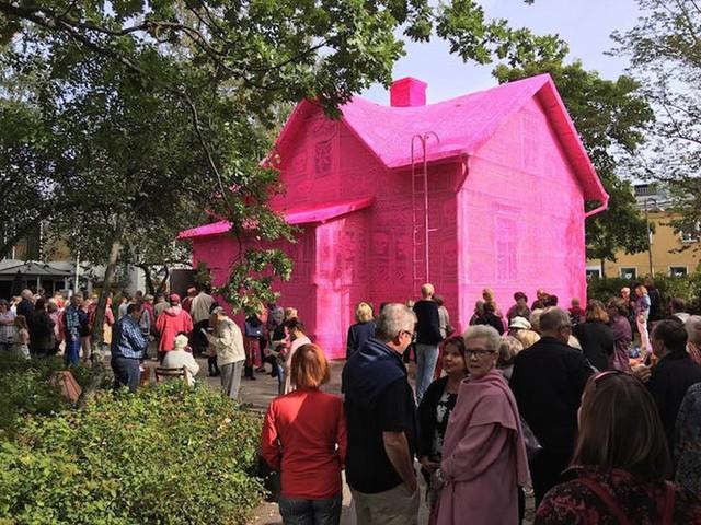 Thú vị ngôi nhà bằng len hồng của những phụ nữ Ba Lan - Ảnh 3.