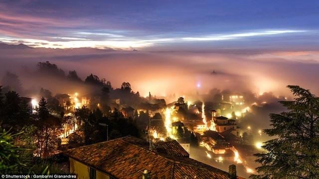 """Hình ảnh sương mù """"nuốt chửng"""" những tòa nhà chọc trời trên thế giới - Ảnh 10."""