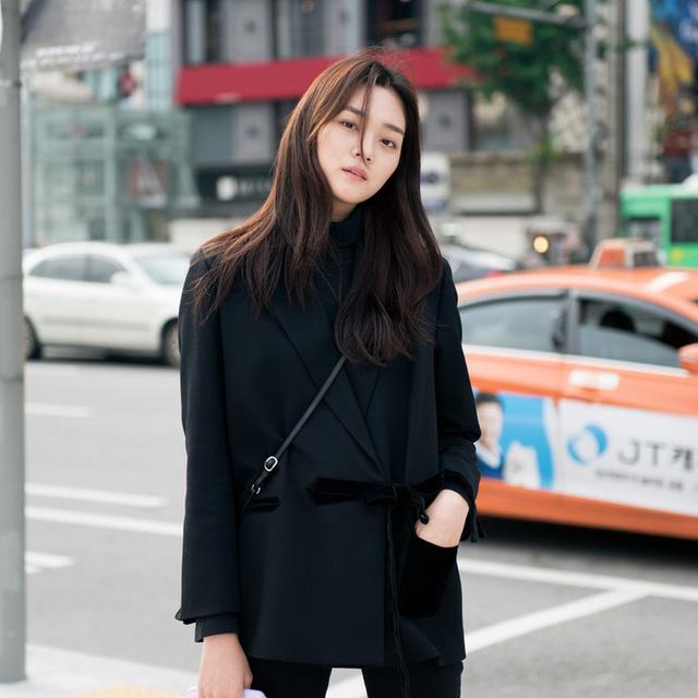 Màu đen cá tính phủ sóng thời trang đường phố Hàn Quốc - Ảnh 2.