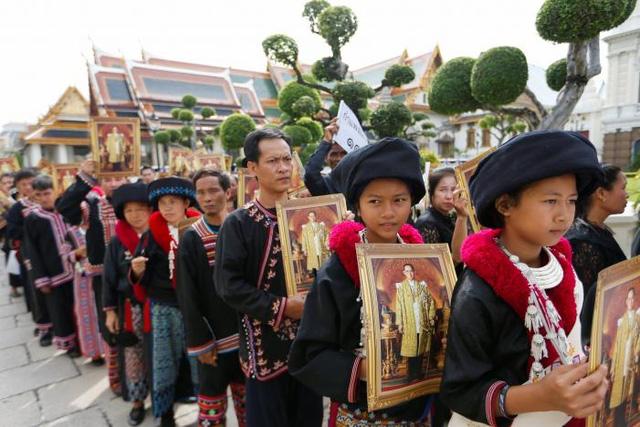 Hàng nghìn người dân Thái Lan xếp hàng viếng Nhà vua quá cố - Ảnh 3.
