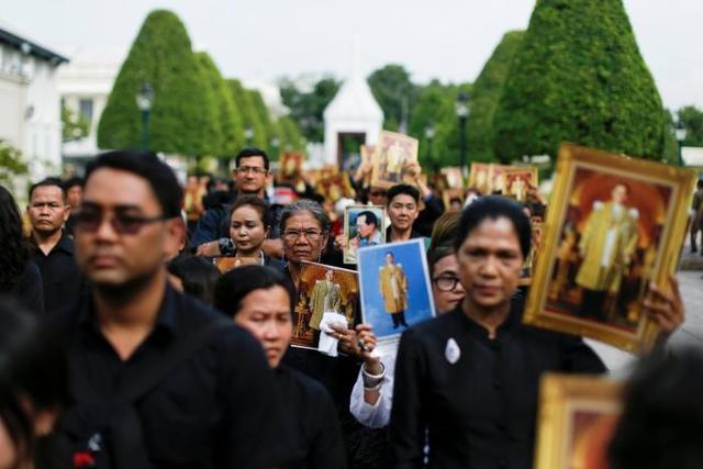 Hàng nghìn người dân Thái Lan xếp hàng viếng Nhà vua quá cố - Ảnh 2.