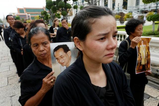 Hàng nghìn người dân Thái Lan xếp hàng viếng Nhà vua quá cố - Ảnh 4.