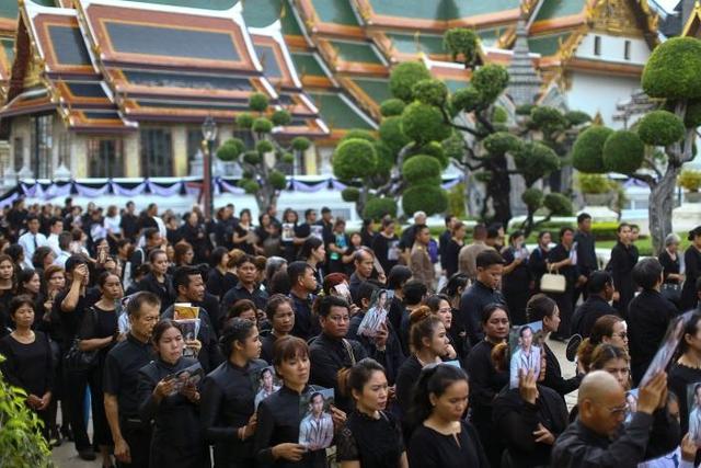 Hàng nghìn người dân Thái Lan xếp hàng viếng Nhà vua quá cố - Ảnh 1.