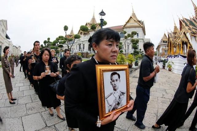 Hàng nghìn người dân Thái Lan xếp hàng viếng Nhà vua quá cố - Ảnh 5.