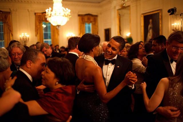 Chuyện tình ngọt ngào của Tổng thống Obama qua ảnh - Ảnh 15.