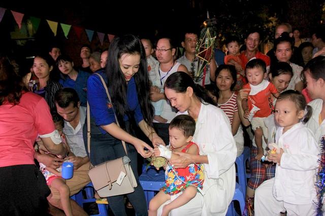 Đoàn Thanh niên VTV mang Trung thu tới các em nhỏ tại nhiều bệnh viện ở Hà Nội - Ảnh 8.