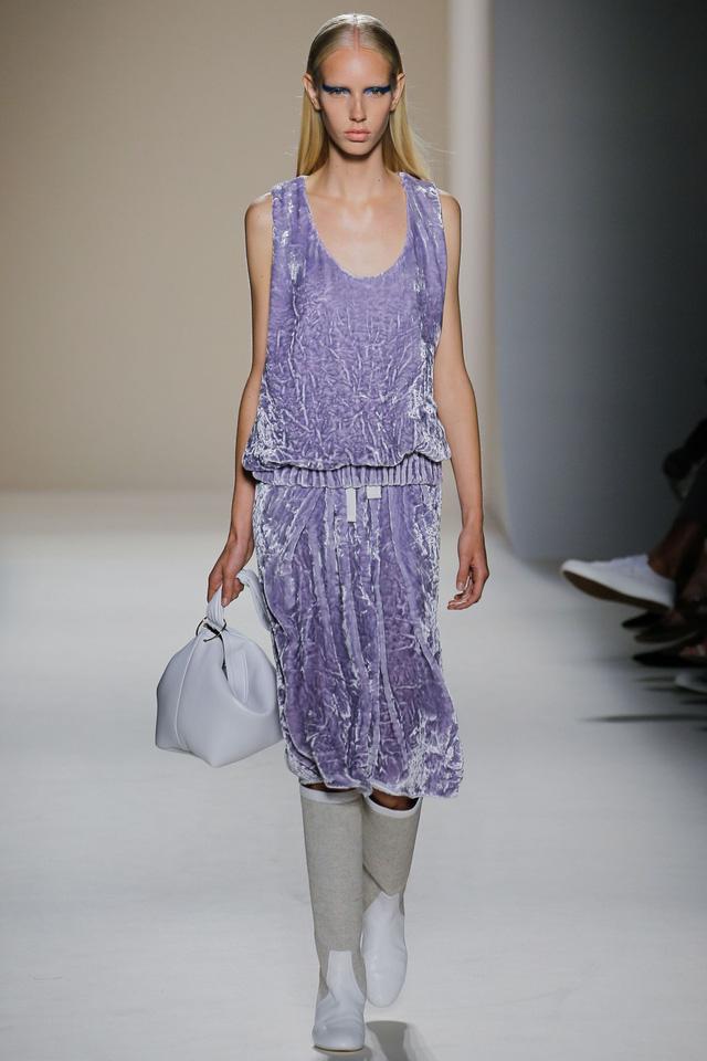 Victoria Beckham ra mắt loạt thiết kế Xuân - Hè đẹp mong manh - Ảnh 4.