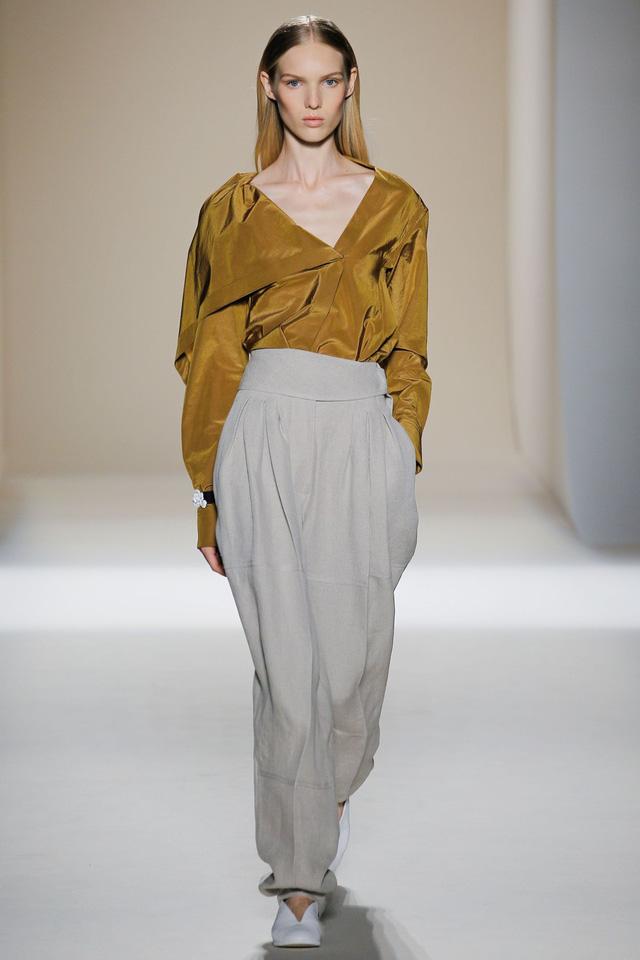 Victoria Beckham ra mắt loạt thiết kế Xuân - Hè đẹp mong manh - Ảnh 6.