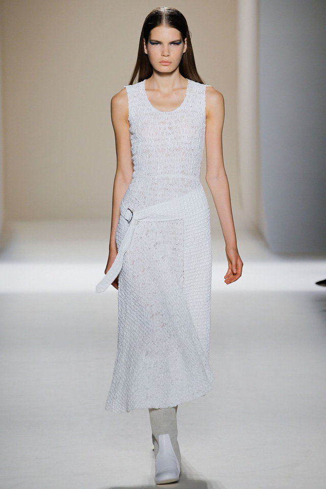 Victoria Beckham ra mắt loạt thiết kế Xuân - Hè đẹp mong manh - Ảnh 3.