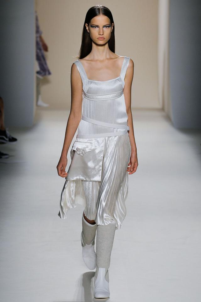 Victoria Beckham ra mắt loạt thiết kế Xuân - Hè đẹp mong manh - Ảnh 2.