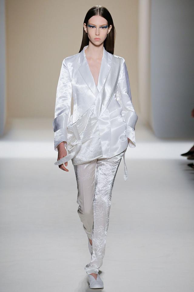 Victoria Beckham ra mắt loạt thiết kế Xuân - Hè đẹp mong manh - Ảnh 1.