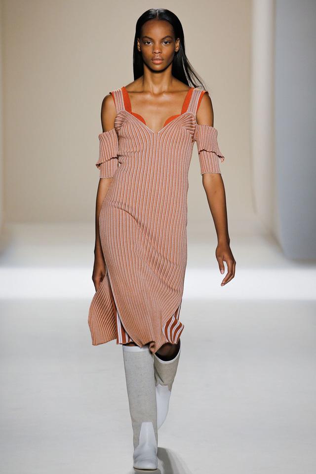 Victoria Beckham ra mắt loạt thiết kế Xuân - Hè đẹp mong manh - Ảnh 10.