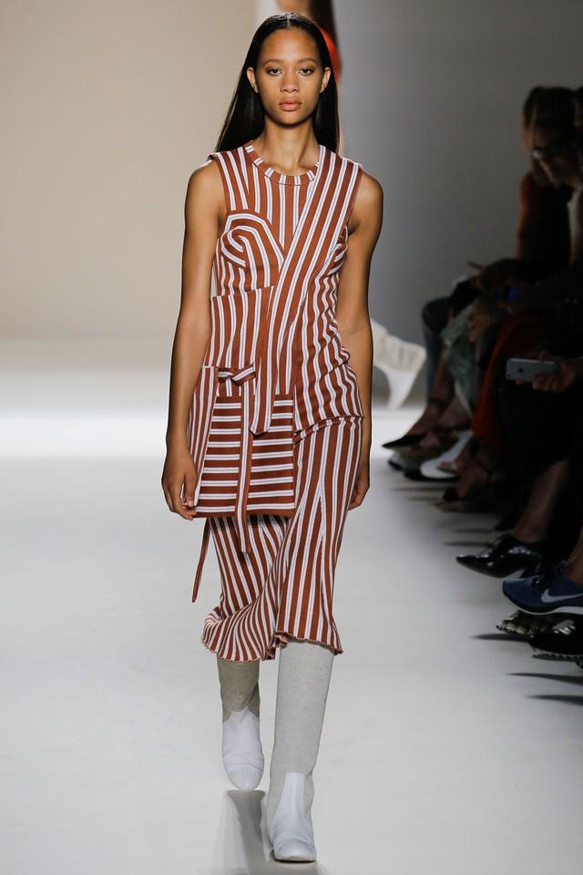 Victoria Beckham ra mắt loạt thiết kế Xuân - Hè đẹp mong manh - Ảnh 11.