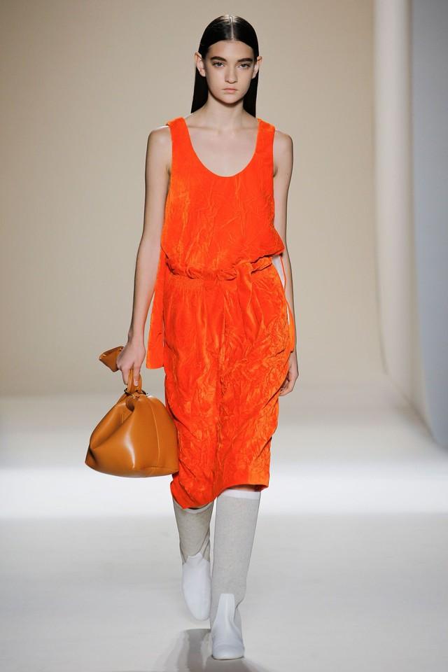 Victoria Beckham ra mắt loạt thiết kế Xuân - Hè đẹp mong manh - Ảnh 12.