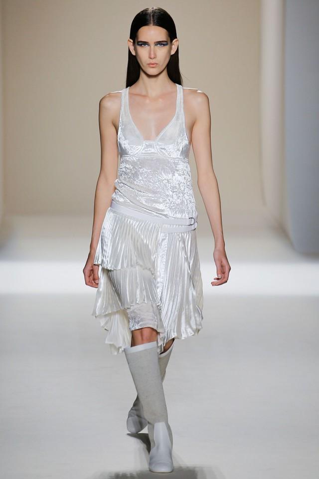 Victoria Beckham ra mắt loạt thiết kế Xuân - Hè đẹp mong manh - Ảnh 13.
