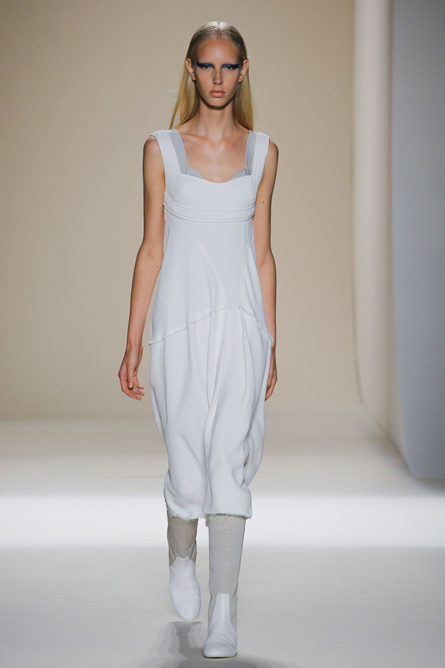 Victoria Beckham ra mắt loạt thiết kế Xuân - Hè đẹp mong manh - Ảnh 14.