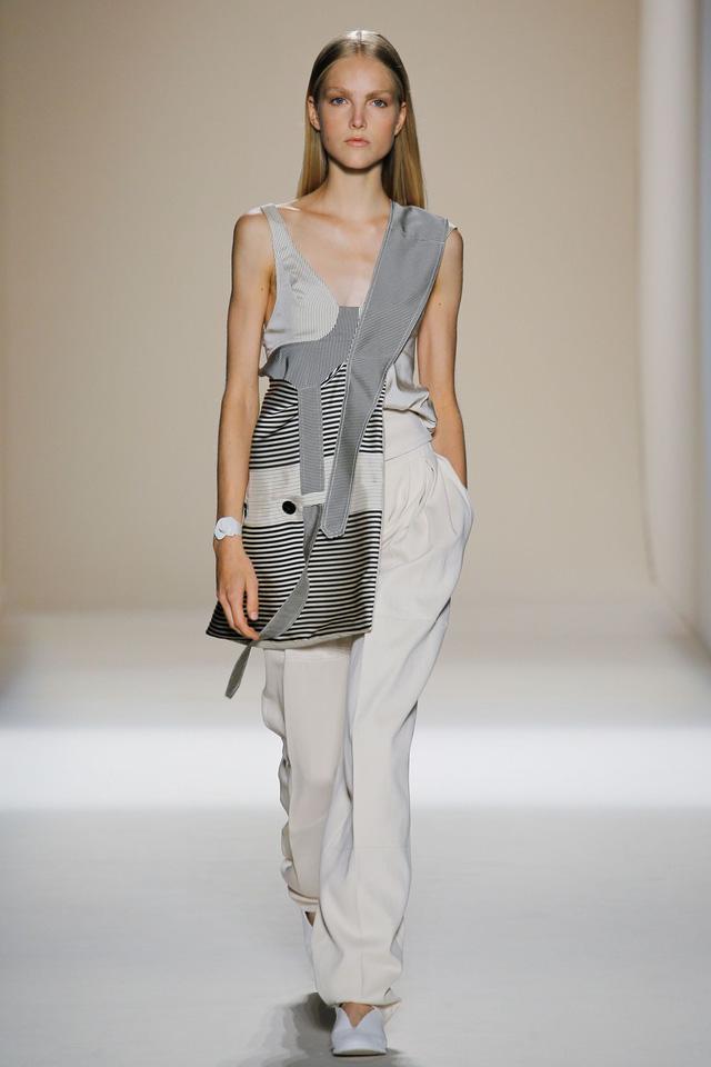 Victoria Beckham ra mắt loạt thiết kế Xuân - Hè đẹp mong manh - Ảnh 16.