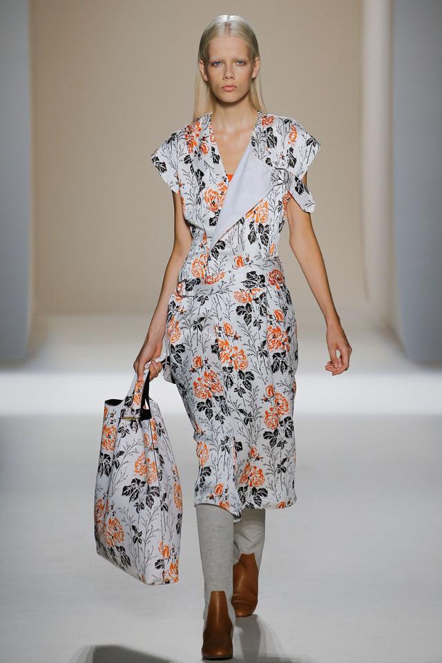 Victoria Beckham ra mắt loạt thiết kế Xuân - Hè đẹp mong manh - Ảnh 17.
