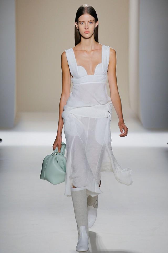 Victoria Beckham ra mắt loạt thiết kế Xuân - Hè đẹp mong manh - Ảnh 18.